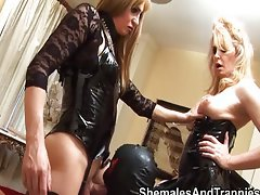 Group of shemales have fun with double dildo