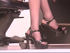 Blonde hot vixen takes a break and rides on sybian